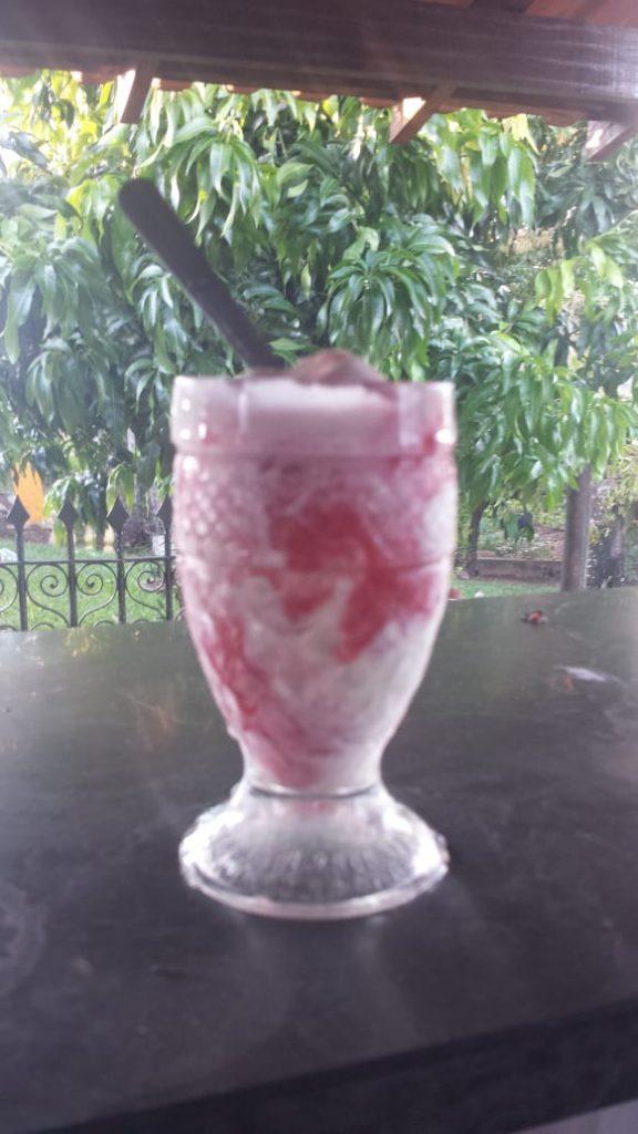Sorvete de Abacaxi com Geleia de Pitaya